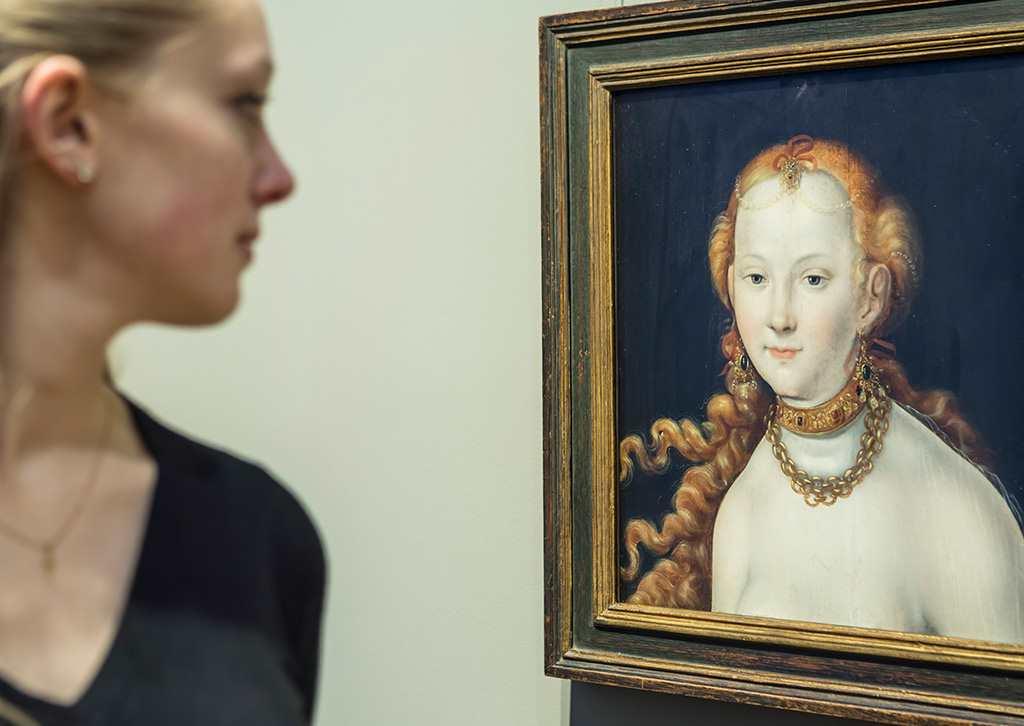Frau im Porfil betrachtet Frauenporträt im Profil. Der Kulturblick wird erwidert. Kunsthalle Karlsruhe, Beitrag zu #KultBlick