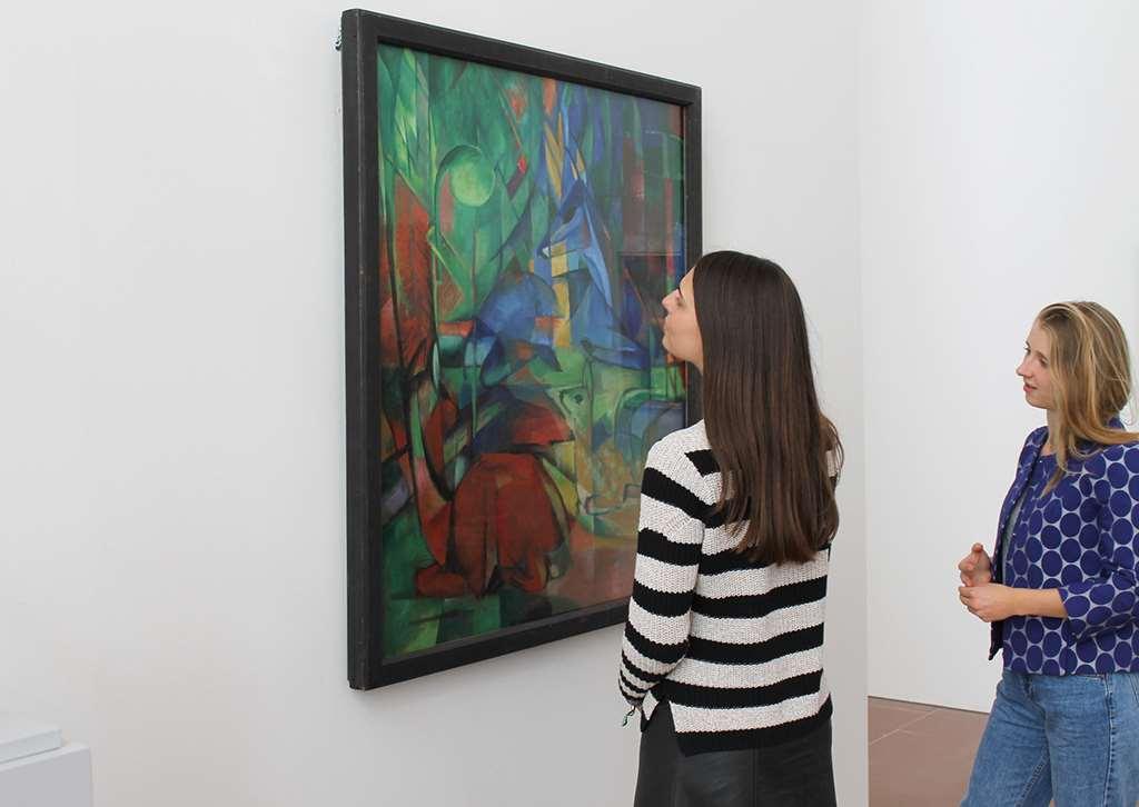 zwei junge Frauen betrachten Gemälde der modernen Kunst in der Kunsthalle Karlsuhe. Gastbeitrag zur Blogparade #KultBlick der Kunsthalle Karlsruhe.