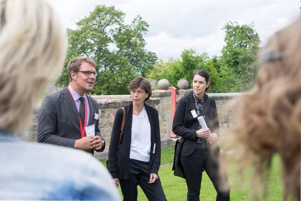 Das Kuratoren-Team zum #HohenzollernWalk auf der Cadolzbug. Von links: Dr. Sebastian Karnatz, Dr. Uta Piereth und Dr. Angelika Merk.