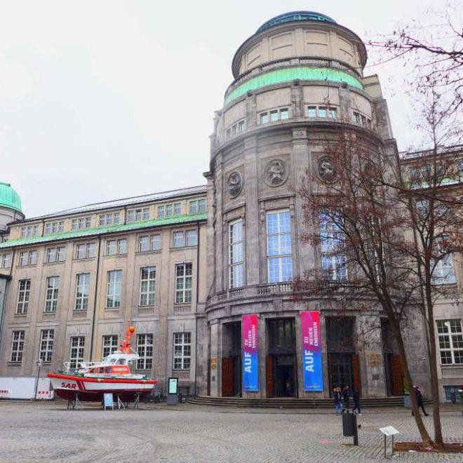 Haupteingang des Deutschen Museums mit dem Boot davor. Sabine Pelgjer aus der Presseabteilung des Museums beantwortete im Audio-Interview Fragen zum Filmen mit dem Smartphone.