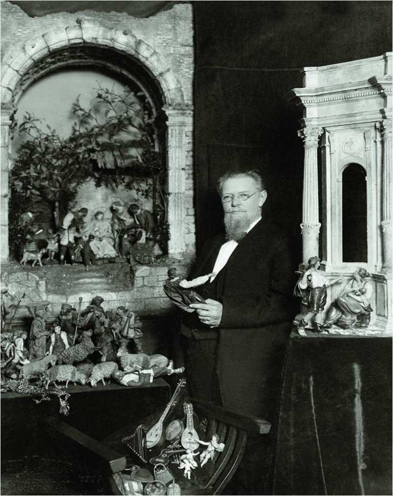 Max Schmederer - Herr der Krippen, Sammler und Stifter, vor seiner Rundkrippe. Er vermachte seine Krippensammlung dem Bayerischen Nationalmusuem in München.