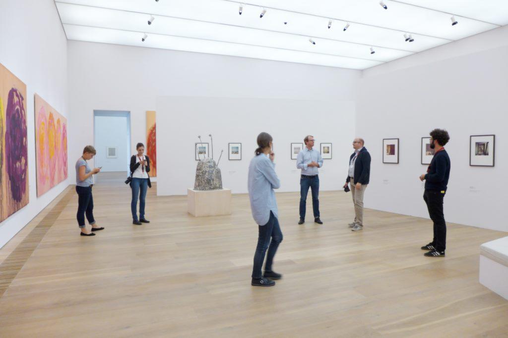Menschen im Museum Brandhorst in der Cy Twombly Ausstellung. Ausstellungen in München lohnen sich definitiv.