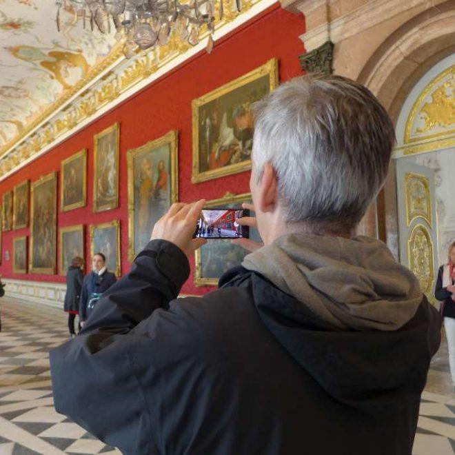 Kommunikationsmix mit Social Media - Menschen in der Gemäldegalerie des Neuen Schlosses Schleißheim. Der SocialWalk #Lustwandeln erfuhr hier eine Neuauflage.