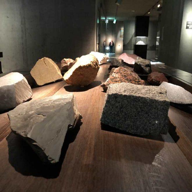 Tisch mit 16 Gesteinen im Ägyptischen Museum München. Diese dürfen berührt und ertastet werden.