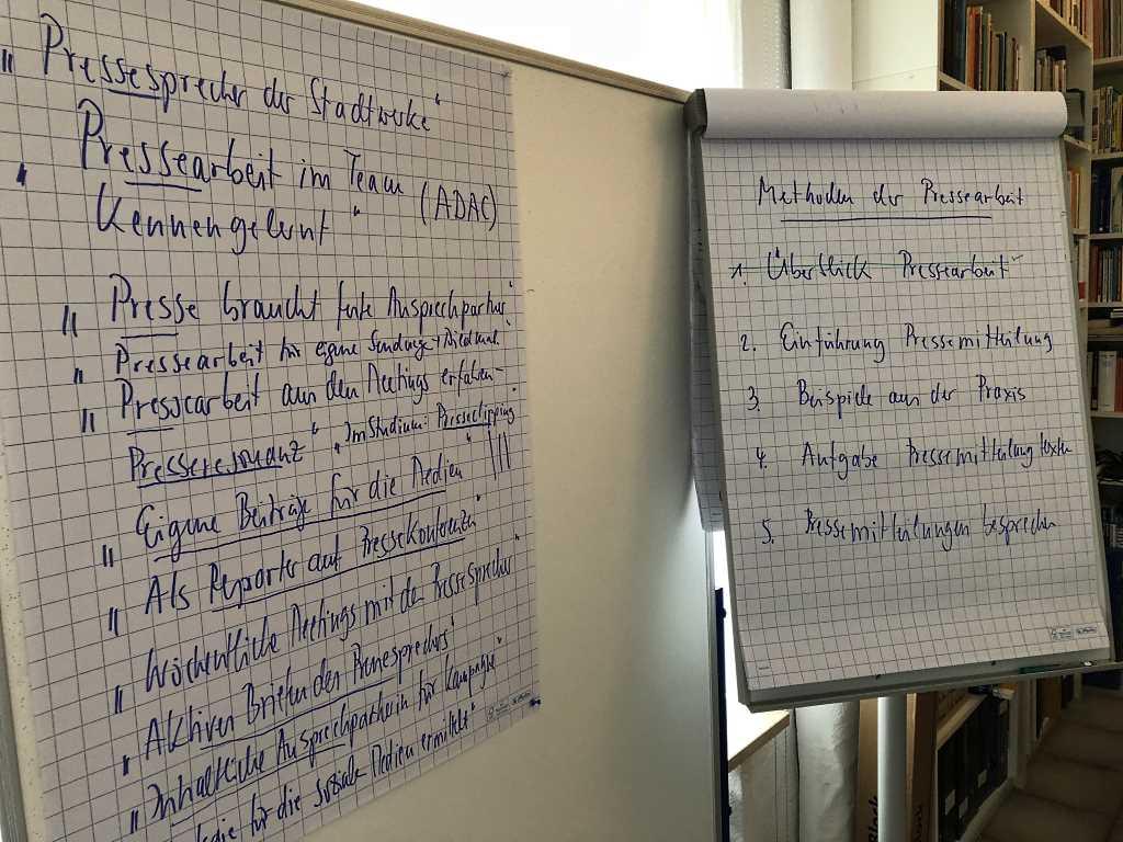 Flipchart und Pinnwand mit Grundlagen zur Pressearbeit.