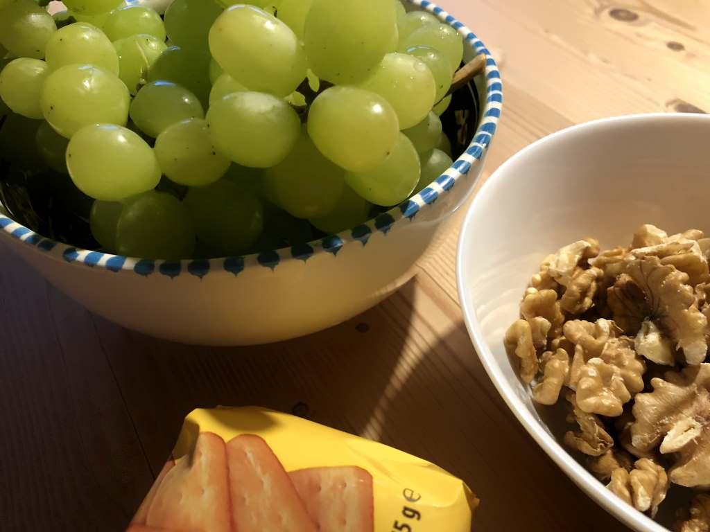 Schälchen mit Trauben, Wallnüssen und Cracker, 12von12