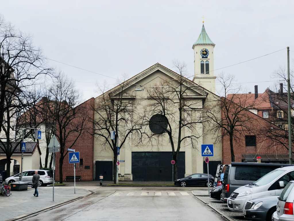 Blick auf St. Clemens in der Renatastraße in München bei regenverhangenem Wetter im März, 12 von 12.
