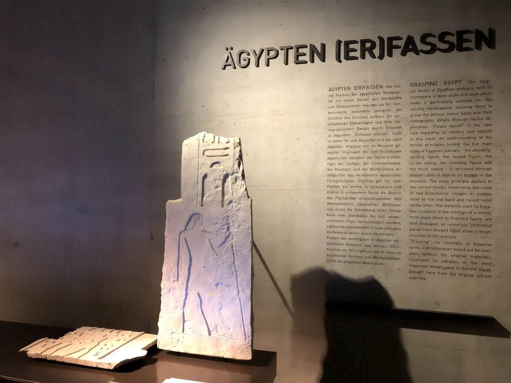 """Detail Raumansicht """"Ägypten (er)fassen"""" im Archäologischen Museum München mit aufgestelltem Flachrelief."""