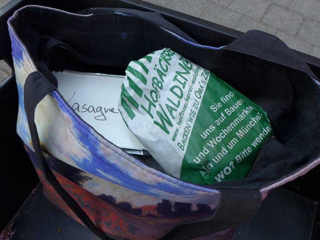 Tasche mit Lasagne und Kuchen im Fahrradanhänger 12von12