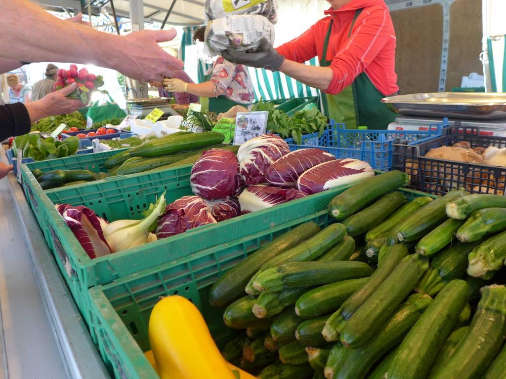 Gemüsestand mit Einkaufenden und überarbeitetem Gesicht, DSGVO-konform fotografiert. 12von12