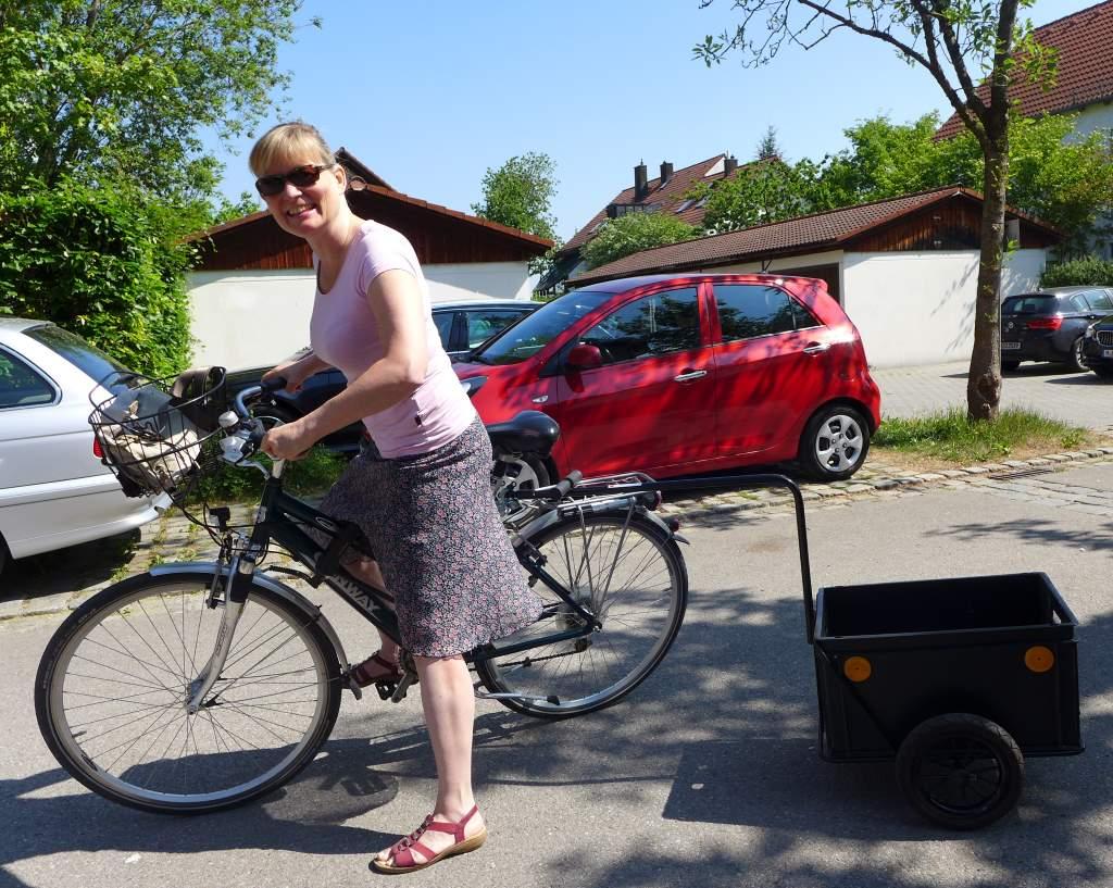Tanja Praske auf dem Radl zum Bauernmarkt mit Fahrradanhänger. DSGVO-konformes fotografieren.