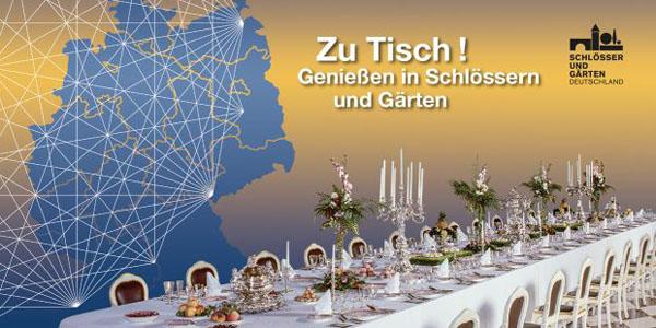 """Postkarte zu """"Zu Tisch"""" - gedeckte Tafel mit blauer Deutschlandkarte auf goldenen Grund zur Blogparade #SchlossGenuss. Sharing Heritage"""