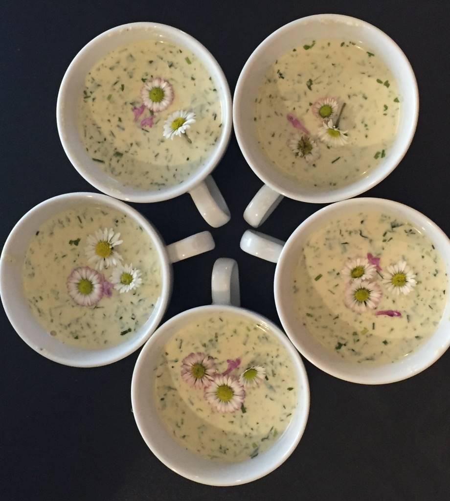 Fünf Suppentasse im Kreis angeordnet: Frühlingssuppe mit Gänseblümchen, Beitrag zur Blogparade Schlossgenuss