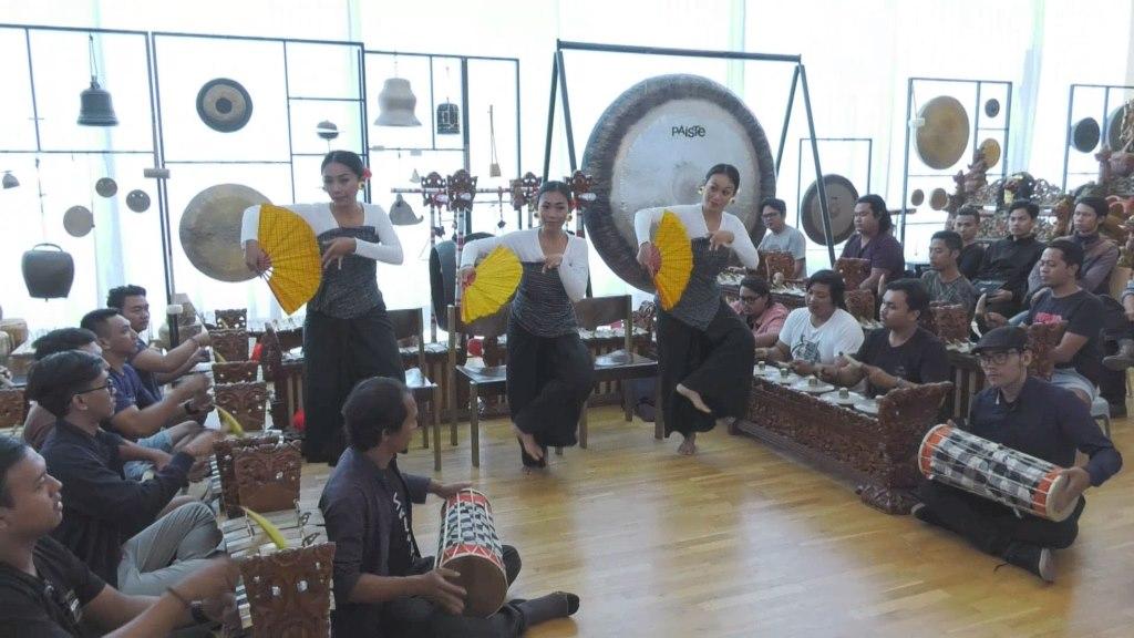 Gamelan-Musiker mit drei Tänzerinnen aus Indonesien im Stadtmuseum München