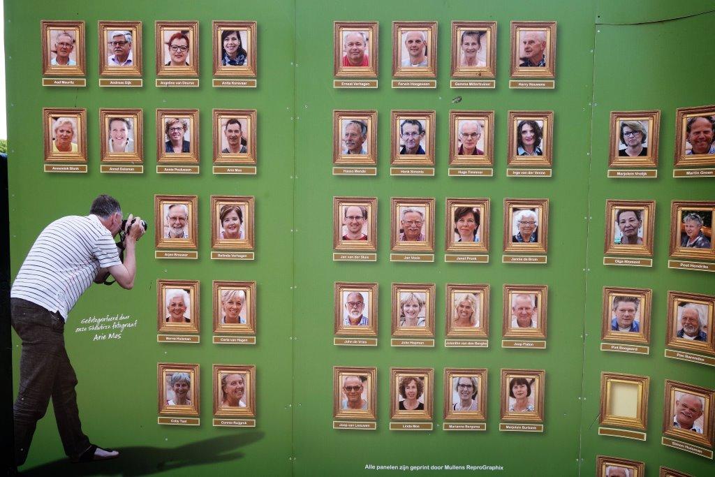 In der Nähe des Hauses stehen Tafeln mit den Portraits der Ehrenamtlichen