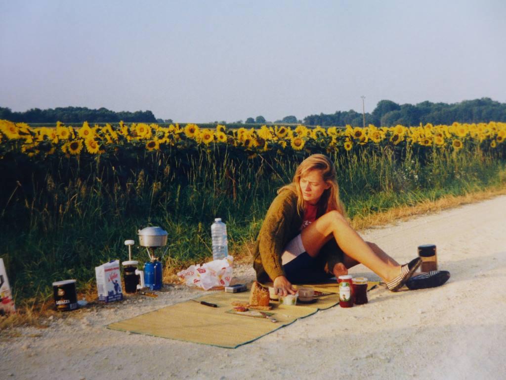 Frühstück am Sonnenblumenfeld in Südfrankreich.