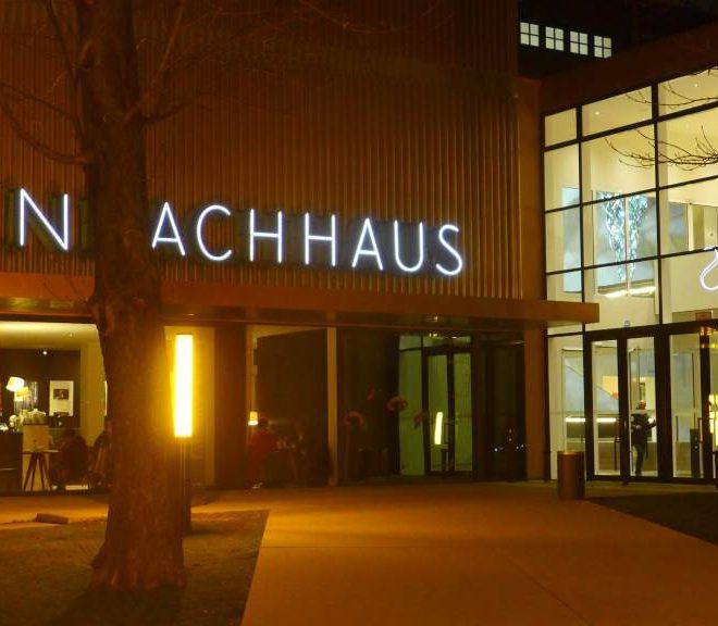 Blick im Dunkeln auf den Eingang des Lenbachhaus. Ausstellungen in München im Sommer 2018