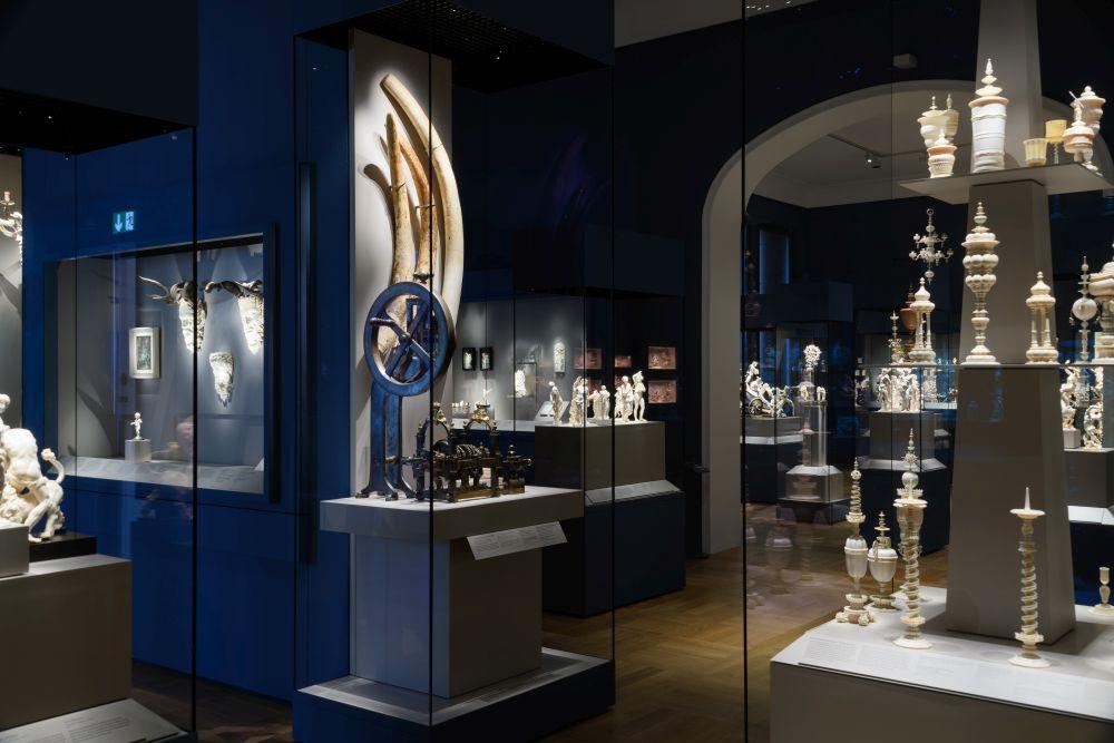 Blick in den Saal der Elfenbeinsammlung des Bayerischen Nationalmuseums. Manche Objekte fertigten Kurfürsten persönlich an. Hintergrundwissen erläutert der BloggerWalk #BarockerLuxus.