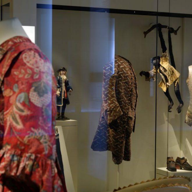 Raumansicht Saal Kostüme im Bayerischen Nationalmuseum mit Männer- und Damenmode im Barock mit Affen. BloggerWalk #BarockerLuxus im Bayerischen Nationalmuseum.