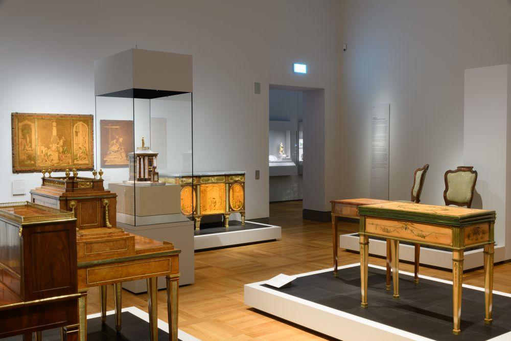 Raumansicht Luxus-Möbel aus der Werkstatt der Kunstschreinerfamilie Roentgen. #BarockerLuxus.