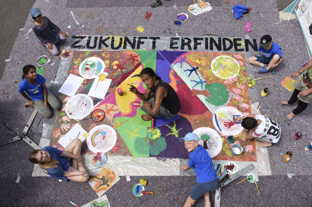 Kinder gestalten mit einem Künstler ein Bild ihrer Werte für eine friedliche und gerechtere Zukunft, Ökoprojekt MobilSpiel e.V., München, Foto von Andrea Huber, KunstWerkZukunft