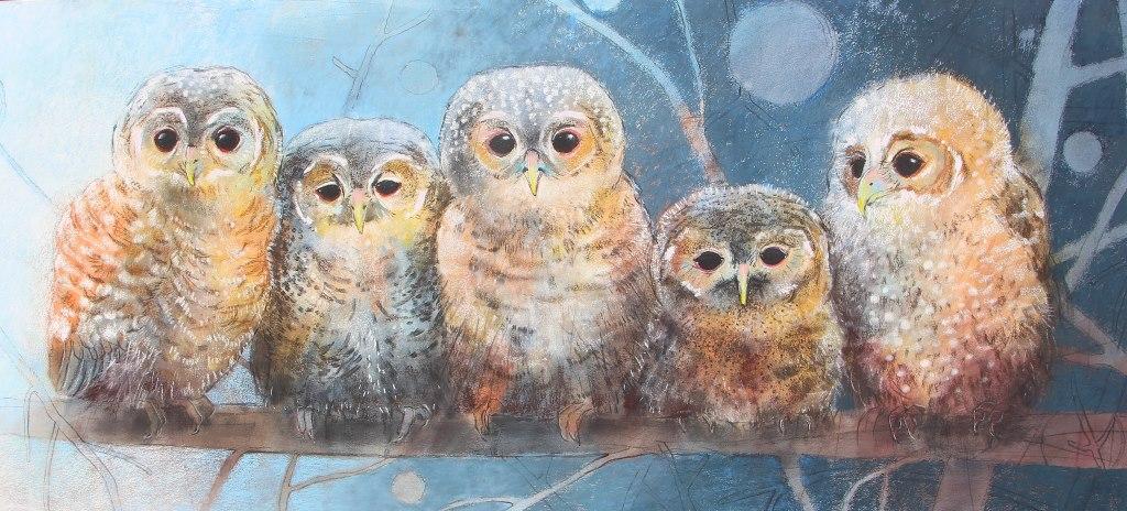 """Loes Botman, """"Vier kleine Eulen"""", nach 2010. Pastellzeichnung, 75 x 120 cm. Mit freundlicger Genehmigung der Kunstlerin. Vgl. https://loesbotman.nl"""