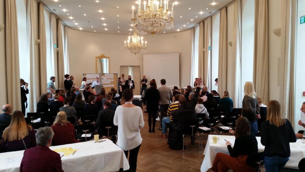 Raumansicht im Badischen Landesmuseum Karlsruhe. Vorstellung des Museums zu den Regeln eines Museumsbarcamps, das erste in Deutschland. Gebannt lauschen die Teilnehmer des Barcamp #mcblm.