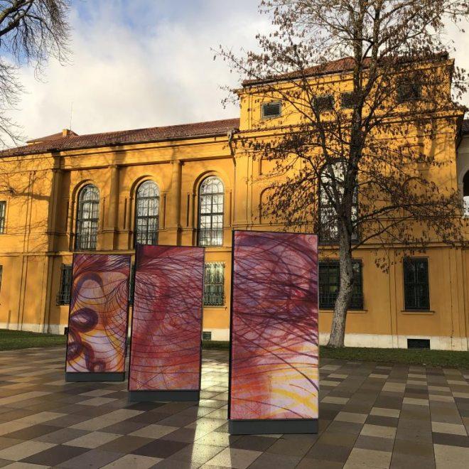 Lenbachhaus mit drei Plakaten der aktuellen Ausstellung Weltempfänger als eine von 11 Ausstellungen in München im Winter 2019.
