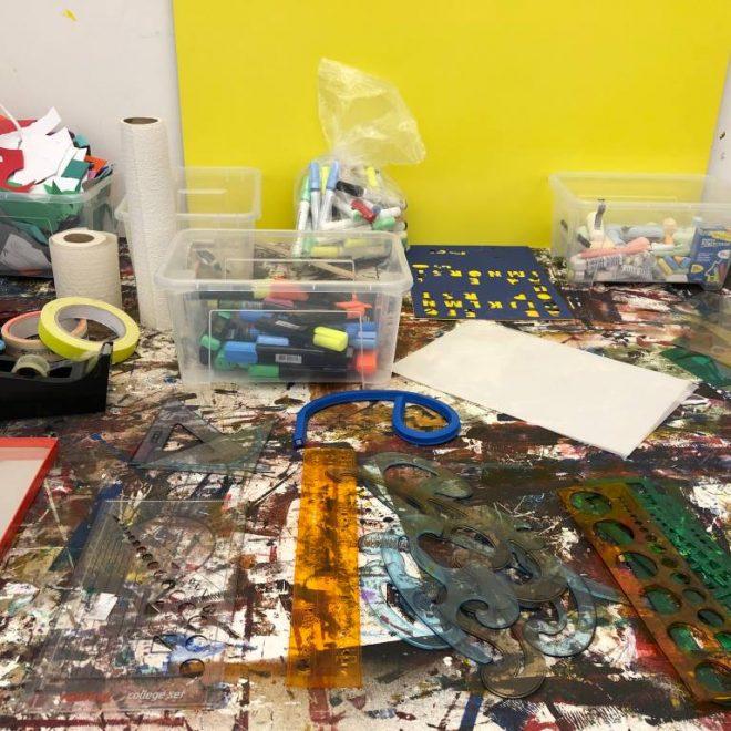 """Lenbachhaus für Kinder ist ein Muss, vor allem wenn es um Familienworkshops geht. Hier das Atelier mit unserem Arbeitsmaterial für """"Weltempfänger"""" - noch recht jungfräulich."""