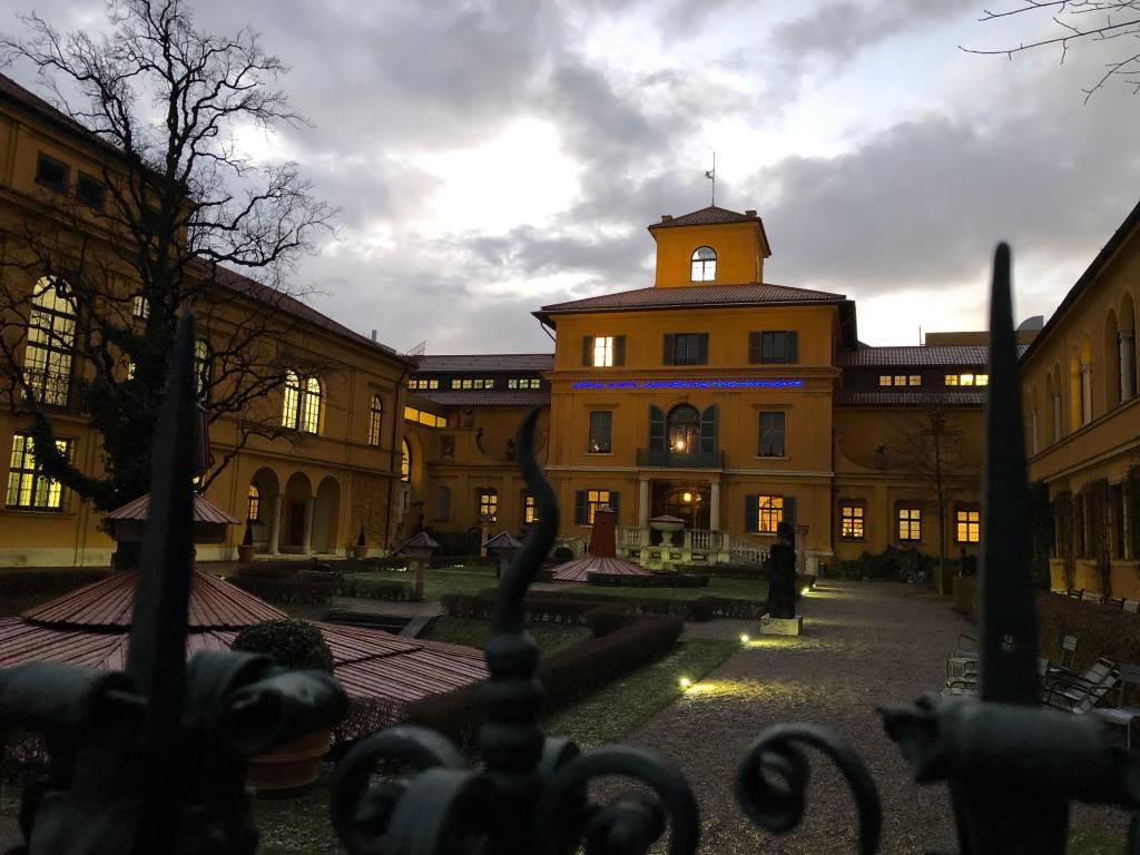 Blick von der Gartenseite auf die Villa des Lenbachhauses.