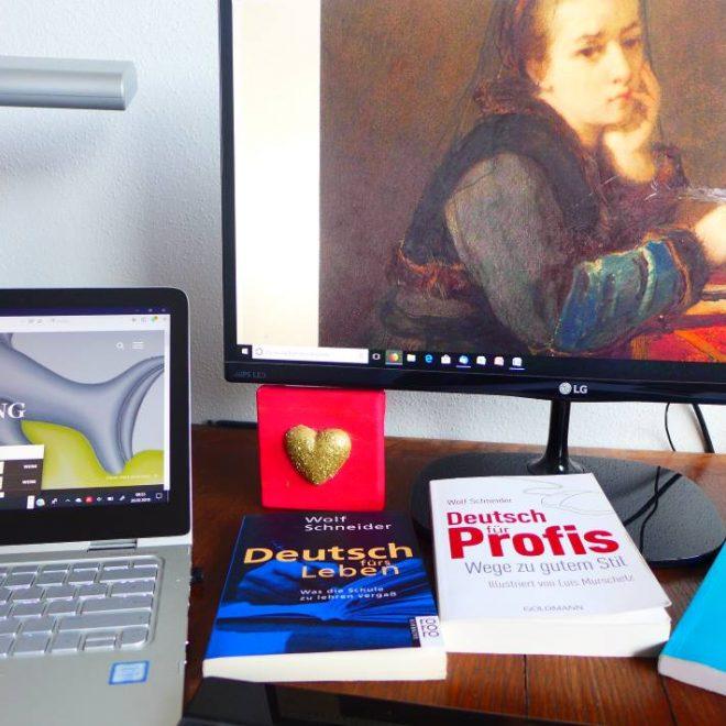 zwei computer mit Kunstmotiven: ein schreibendes Mädchen, davor drei Bücher zum besseren Schreibstil. Illustriert den Artikel 10 Tipps für gute Texte fürs Web.