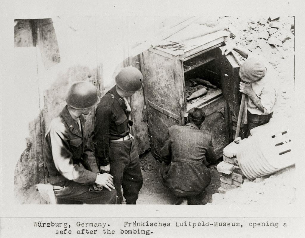 Tresoröffnung im zerstörten Fränkischen Luitpold-Museum 1945 © Museum für Franken in Würzburg