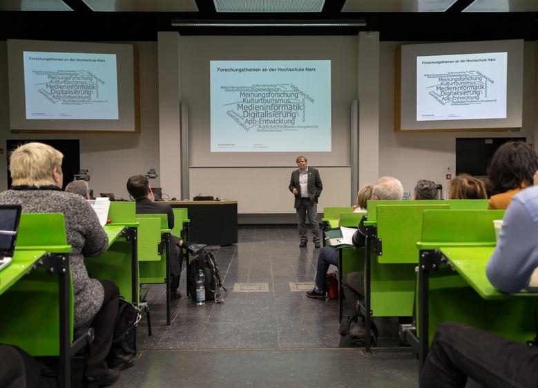 Digitale Strategie und Langzeitarchivierung - Digitalisierung in Museen. Eine Museumstagung wird eröffnet durch Prof. Dr. Georg Westermann, Prorektor für Forschung und Wissenstransfer der Hochschule Harz (Foto: Hochschule Harz).