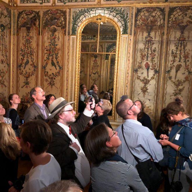 Blogger im Tattenbachkabinett des Bayerischen Nationalmuseums während des BloggerWalks #BarockerLuxus. Das Bild steht sinnbildlich dafür, warum ein Museum bloggen sollte.