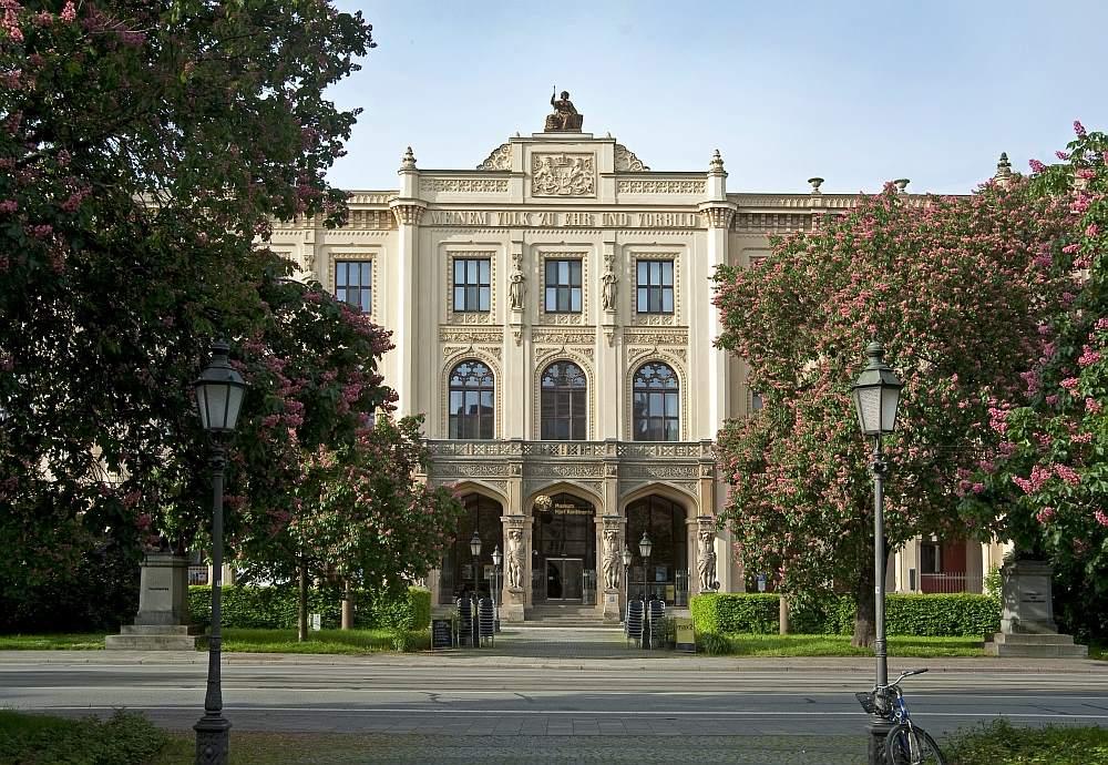Außenansicht des Museums Fünf Kontinente. Hauptfassade mit Eingangsportal im Frühling. @MFK Ausstellungen in München im Herbst - Winter 2019/2020.
