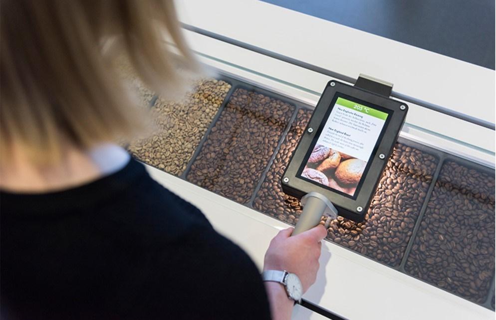 Kosmos Kaffee im Deutschen Museum - eine faszinierende Ausstellung. Hier verschiedene Kaffeesorte mit Erläuterungen am Tablet. Ausstellungen in München im Herbst - Winter 2019-2020.