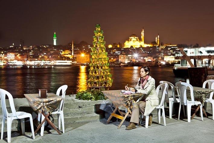 Tacettin Ulas, Weihnachtsbaum aus Sodaflaschen in Istanbul, Digitalfotografie © Manzara Istanbul. Ausstellungen in München im Herbst - Winter 2019/2020