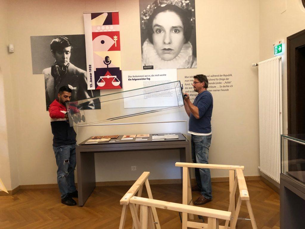 Aufbau der Erika Mann-Ausstellung. #ErikaMann hat mich fest im Griff, auch beim Tagebuchbloggen zu #WMDEDGT