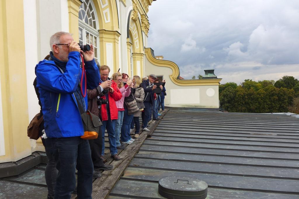 Blogger und Instagrammer auf dem SocialWalk #Lustwandeln im Schloss Schleißheim. Hier auf der Terrasse des Neuen Schlosses.
