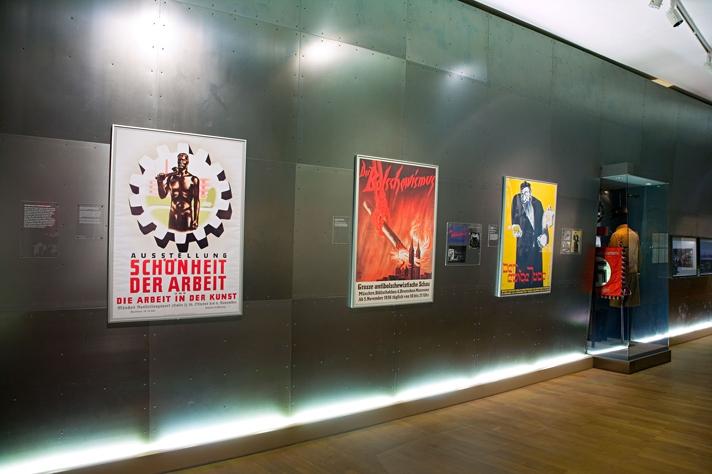 Ausstellungsansicht mit nationalsozialistischen Propagandaplakaten Ausstellung im Münchner Stadtmuseu 2020