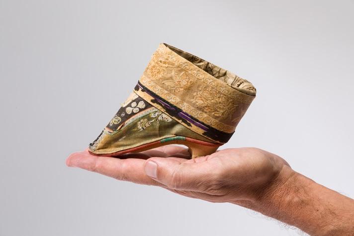 """""""Für gebundene und geschundene Füße"""" Damenschuh / Lotusschuh, Ende 19. Jahrhundert Länge: 10 cm © Münchner Stadtmuseum"""