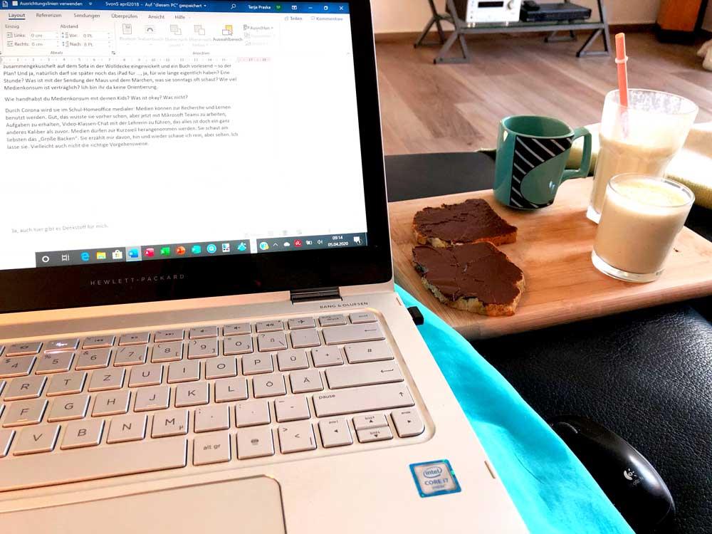 Das sind wir ready zum Vorlesen, bewaffnet mit Schokobroten, Milchshake und Kaffee. Ich nutze noch jeden Freiraum zum Bloggen. #wmdedgt im April 2020