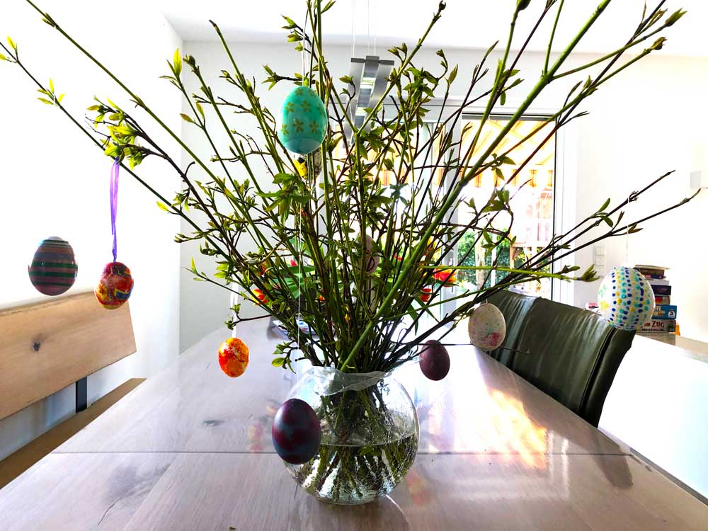 wmdedgt im April 2020. Mini dekorierte den Osterstrauß mit ausgeblasenen Eiern