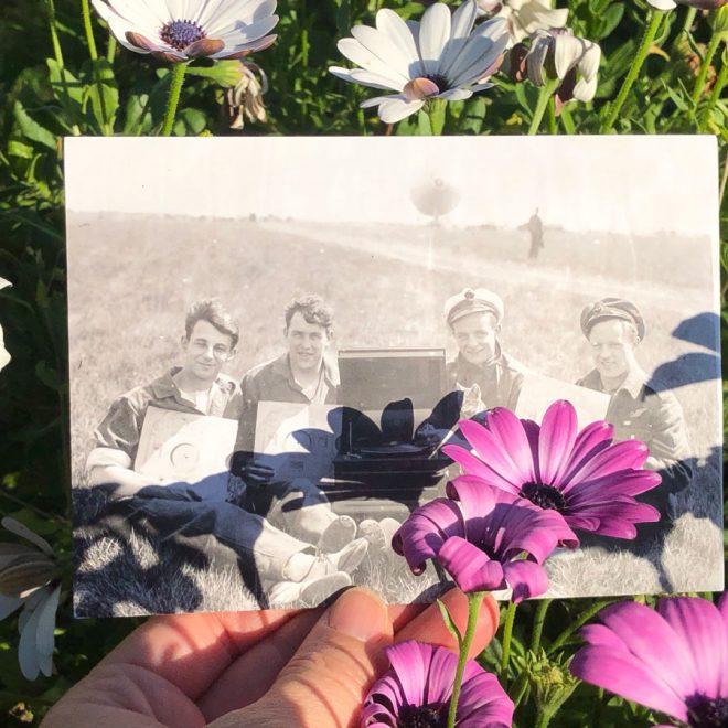 Fantasiereisen. Passend zur heutigen Museumswelt erhielt ich diese wunderbare Postkarte von Yannik und Charlotte vom Zeppelin Museum - vielen herzlichen Dank dafür! R34 Crew members mit Grammophone presented by Addison & Wopsie 1919. Foto: Airship Heritage Trust - www.zeppelin-museum.de - Museumswelt